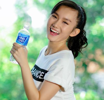 Uống kèm nước khoáng trong bữa ăn giúp kích thích quá trình tiêu hóa